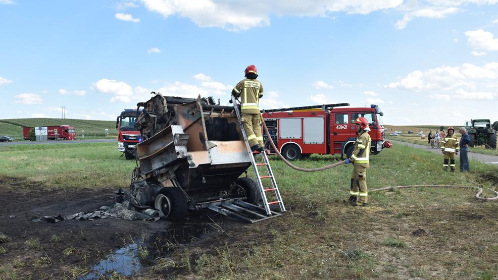 Pożar na polu. Kierowca uciekał na łąkę - Zdjęcie główne