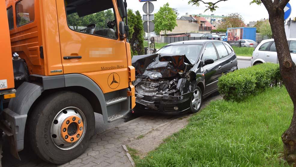 Kolizja trzech samochodów. Jeden pojazd zderzył się czołowo z zamiatarką. Jak do tego doszło? - Zdjęcie główne