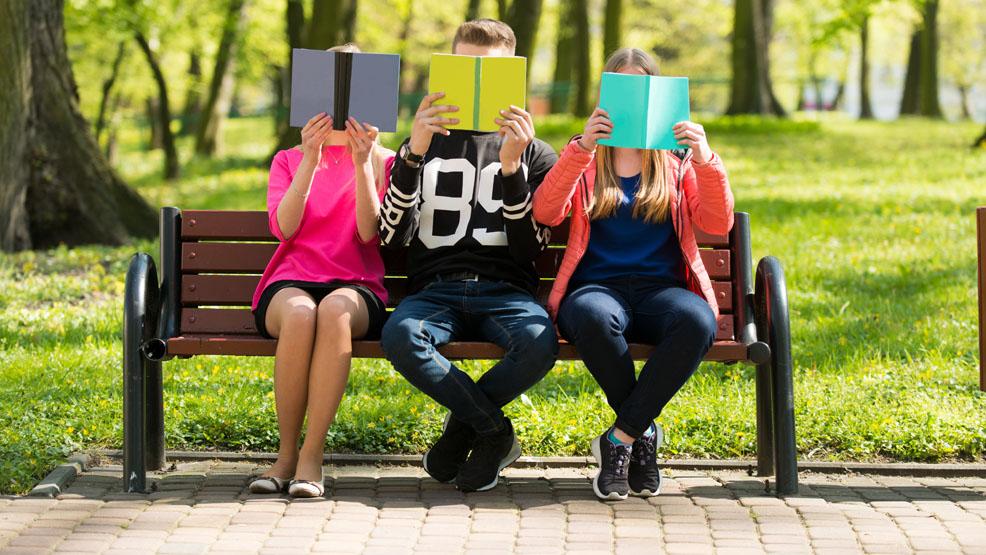 Mnóstwo zmian w kanonie lektur 2021/2022. Jakie książki usunięto, jakie wprowadzono?  Jest rozporządzenie ministerstwa - Zdjęcie główne