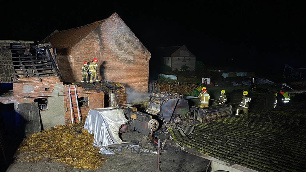 Piorun uderzył w oborę.  Osiem zastępów straży pożarnej ratowało bydło w Nieparcie - Zdjęcie główne