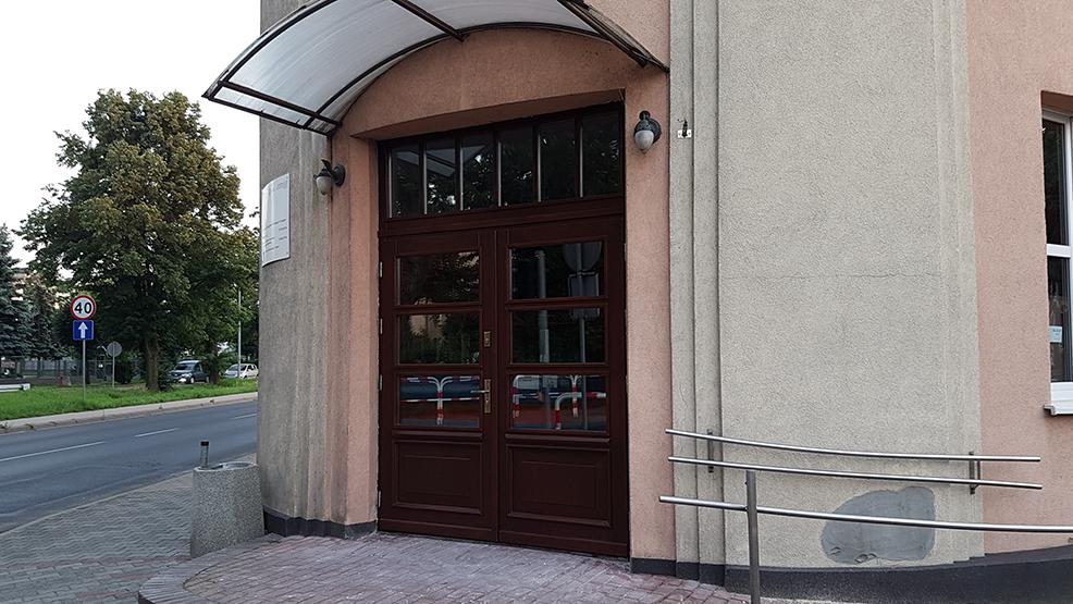 Zamontowano nowe drzwi wejściowe - Zdjęcie główne