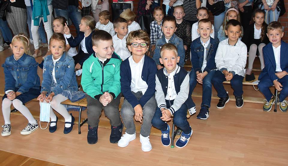 """Jak wygląda szkoła? Z kim będą siedzieli w ławce? Kto będzie ich uczył? Przejęci pierwszoklasiści w gostyńskiej """"Piątce"""" - Zdjęcie główne"""