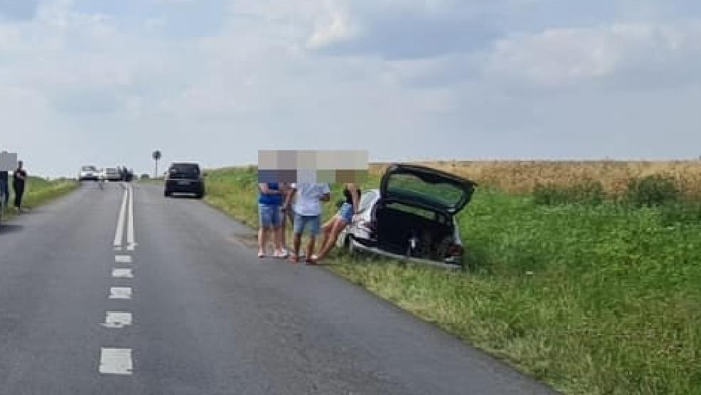 21-latek wyprzedzał kolumnę pojazdów. Uderzył w dwa auta i wpadł do rowu - Zdjęcie główne