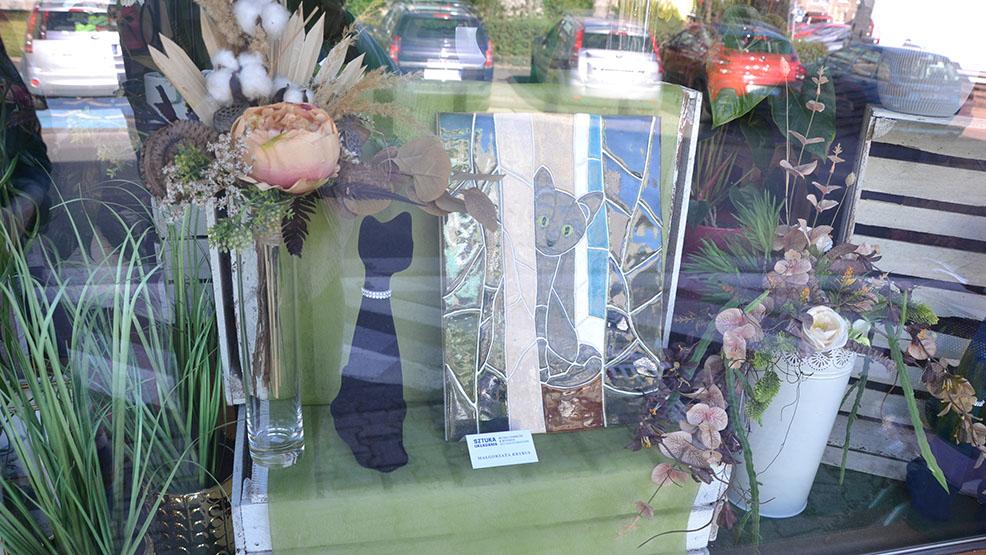 Ozdobiły witryny gostyńskich kwiaciarni. Mozaiki wykonane przez mieszkańców zapraszają! - Zdjęcie główne