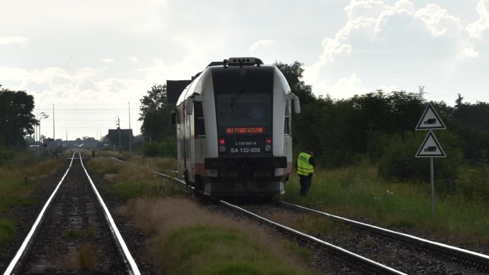 Mercedes uderzył w pociąg na przejeździe kolejowym Krzyżanki-Skoraszewice - Zdjęcie główne