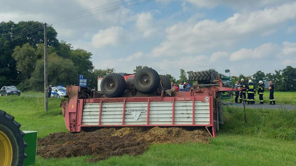 Na drodze w Pępowie  nie zmieściły się dwa traktory. Jeden się przewrócił. Co z kierowcą? - Zdjęcie główne
