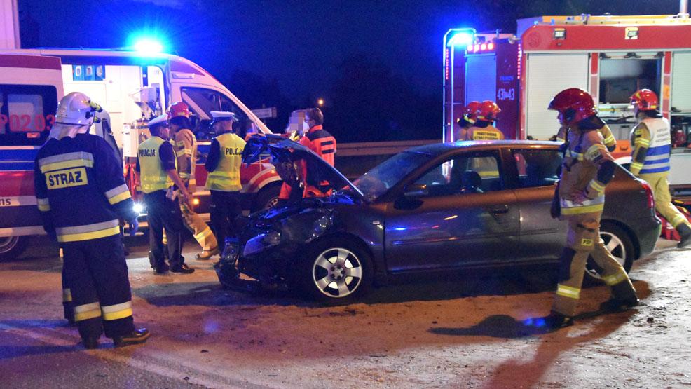 Wypadek na drodze wojewódzkiej 434. Skoda czołowo uderzyła w słup. Trzy osoby poszkodowane - Zdjęcie główne