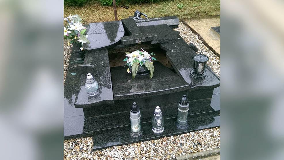 Wulgaryzmy i  zdewastowana płyta. Zniszczony nagrobek na cmentarzu w Piaskach [APEL POLICJI] - Zdjęcie główne