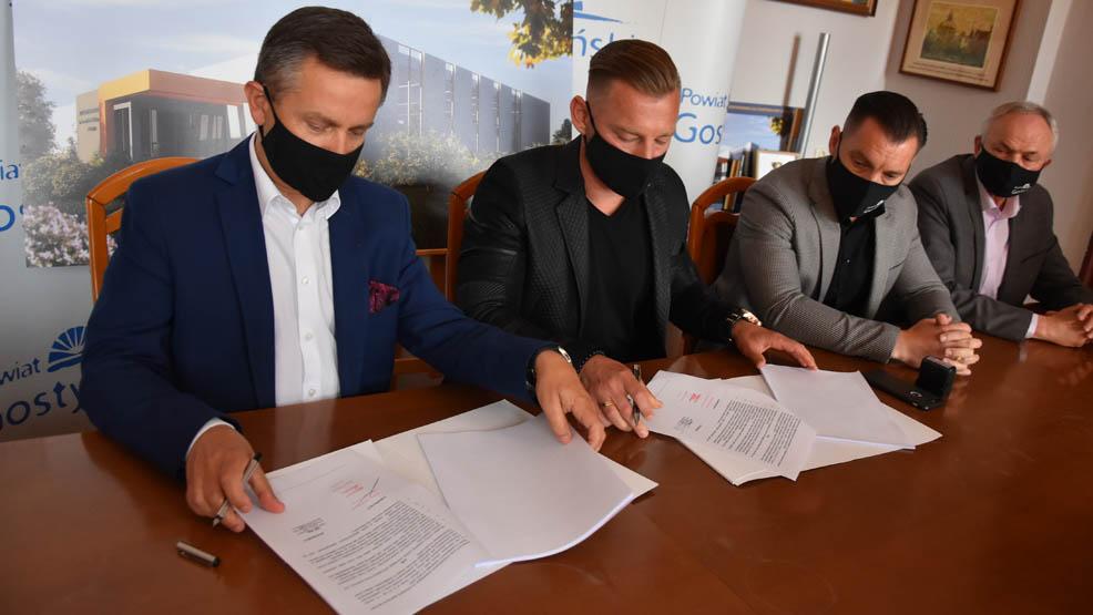 Rusza budowa pełnowymiarowej hali sportowej przy ZSZ w Gostyniu. Podpisano umowę z wykonawcą - Zdjęcie główne
