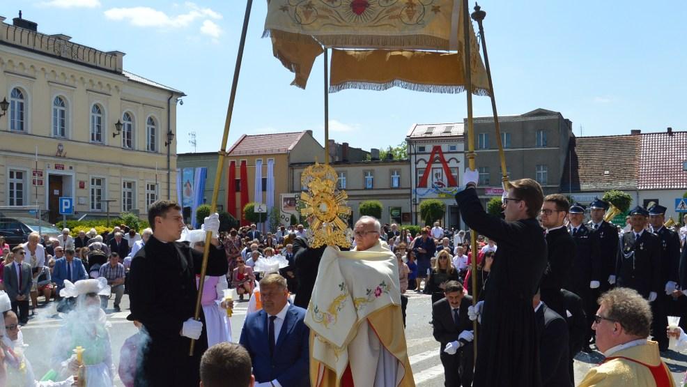 Uroczystość Bożego Ciała w Krobi. Procesja do czterech ołtarzy - Zdjęcie główne