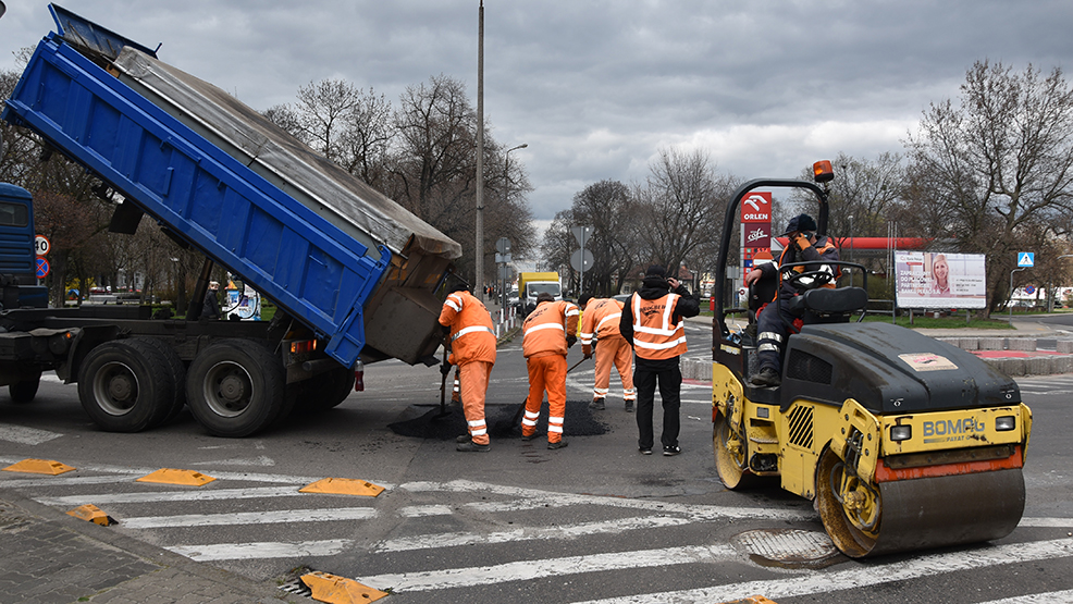 Maszyny poszły w ruch. Trwa naprawa dróg w Gostyniu. Kierowcy proszeni są o wyrozumiałość - Zdjęcie główne