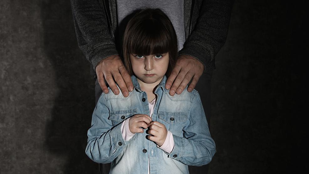 Tata molestował seksualnie własne dziecko? Mężczyźnie z powiatu gostyńskiego postawiono 5 zarzutów - Zdjęcie główne