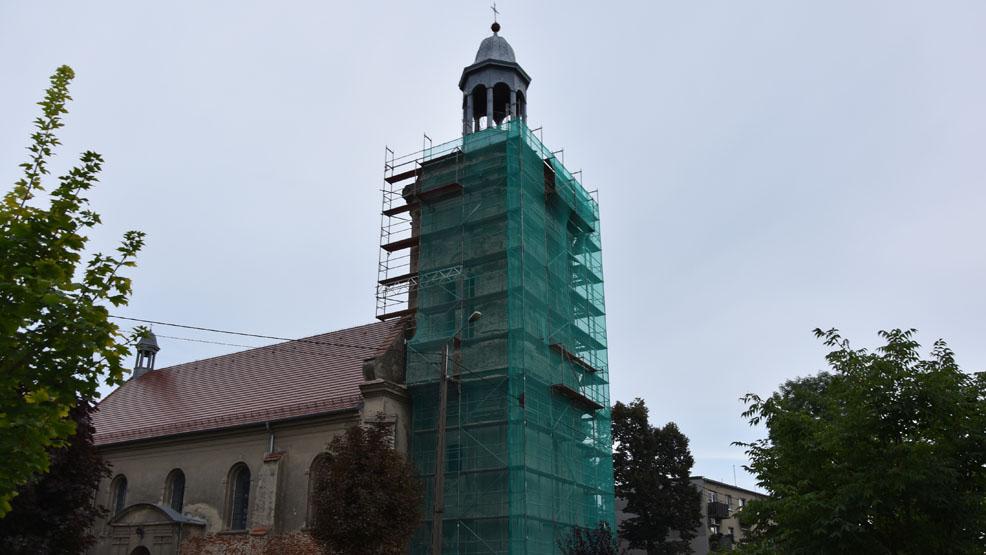 Rusztowania przy kościelnej wieży.  Trwa remont wyceniony na kilkaset tysięcy - Zdjęcie główne