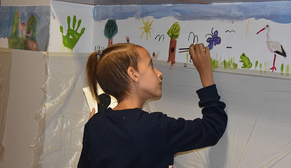"""Dzieci same malowały ściany """"Hutnika"""" w Gostyniu. Są pola, lasy, kwiaty, jeziora, łabędzie,  kaczki - Zdjęcie główne"""