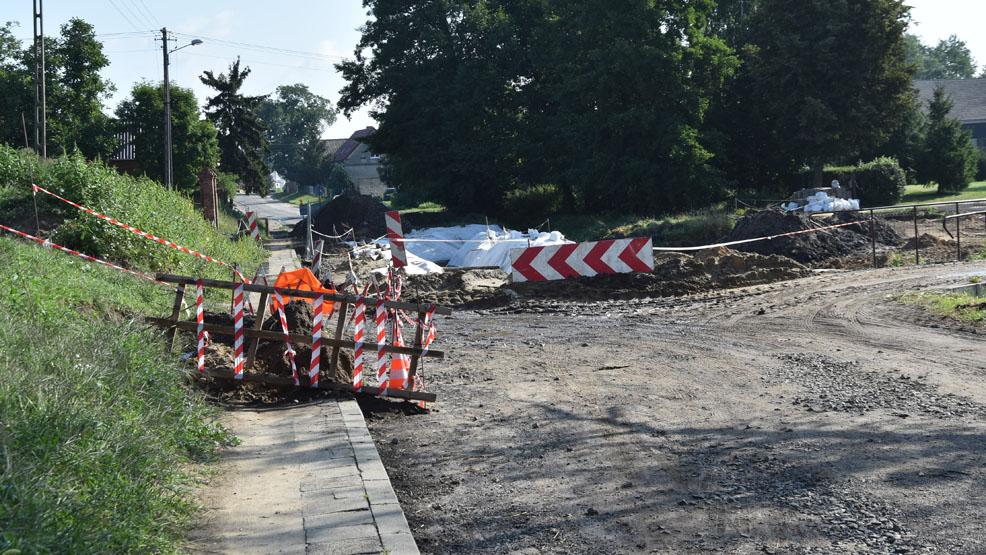 Zamknięto drogę i zrobił się problem  Czy dzieci z Brzezia (gmina Gostyń) do szkoły dojadą z opóźnieniem? - Zdjęcie główne