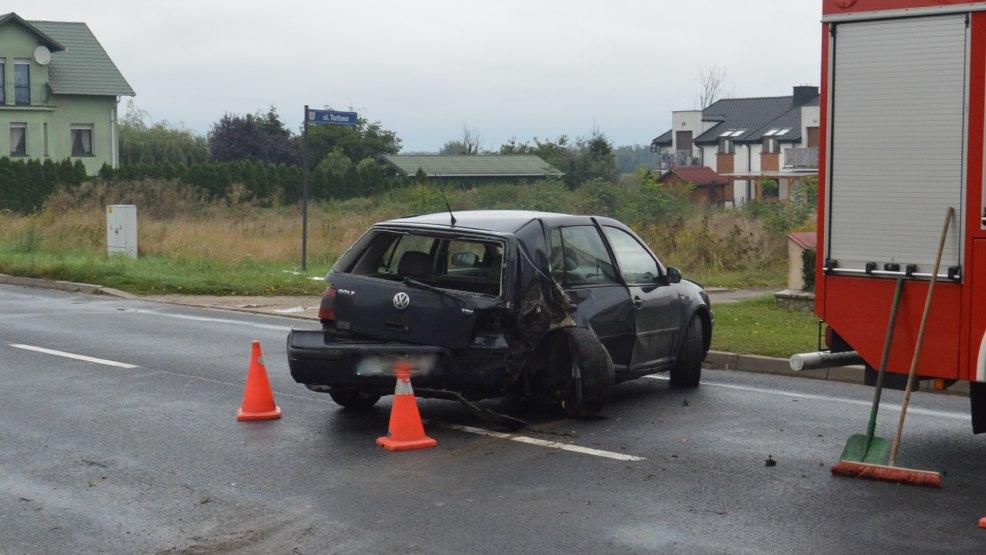 Jedna osoba ranna w zderzeniu samochodu osobowego z drzewem w Gostyniu - Zdjęcie główne