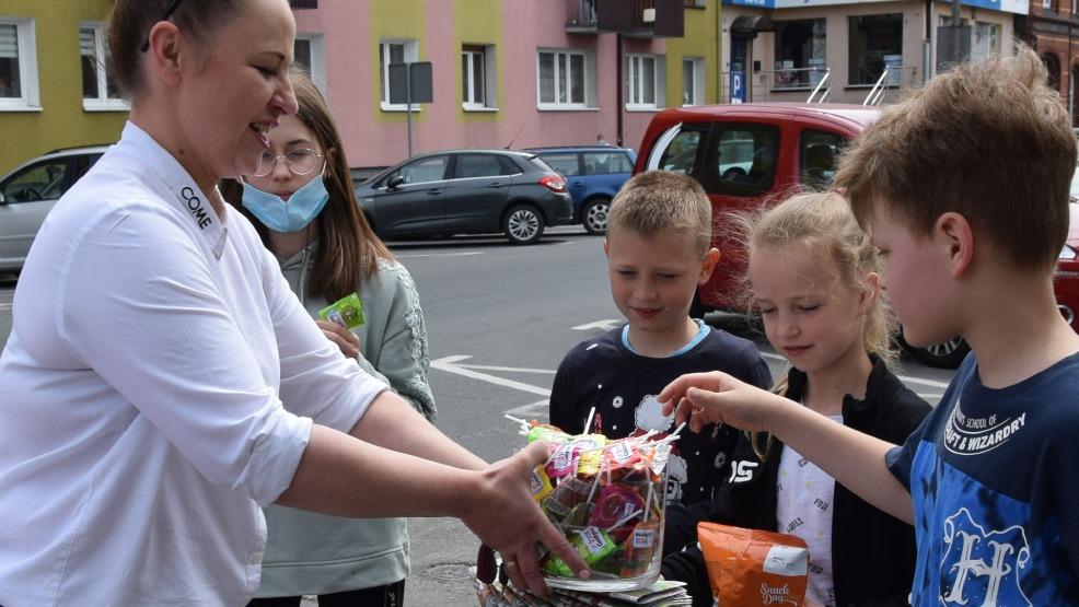 Niezależnie, czy młodsi czy starsi wszyscy dostali słodkie upominki na Dzień Dziecka - Zdjęcie główne