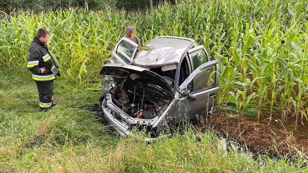 Kierowca miał zakrwawioną twarz i dziwnie się zachowywał. Kolizja w Drzewcach, gmina Poniec - Zdjęcie główne