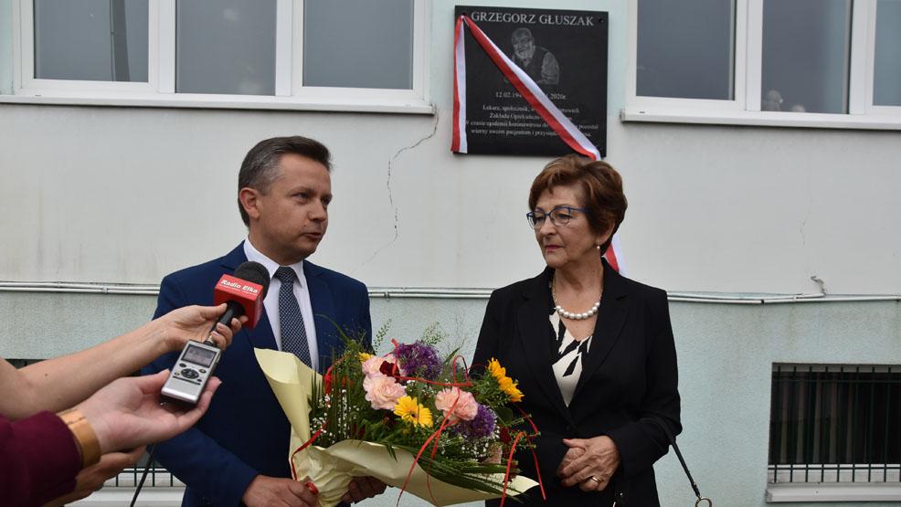 Odsłonięto pamiątkową tablicę na budynku ZOL-u  w Gostyniu. Ku pamięci reumatologa G. Głuszaka - Zdjęcie główne