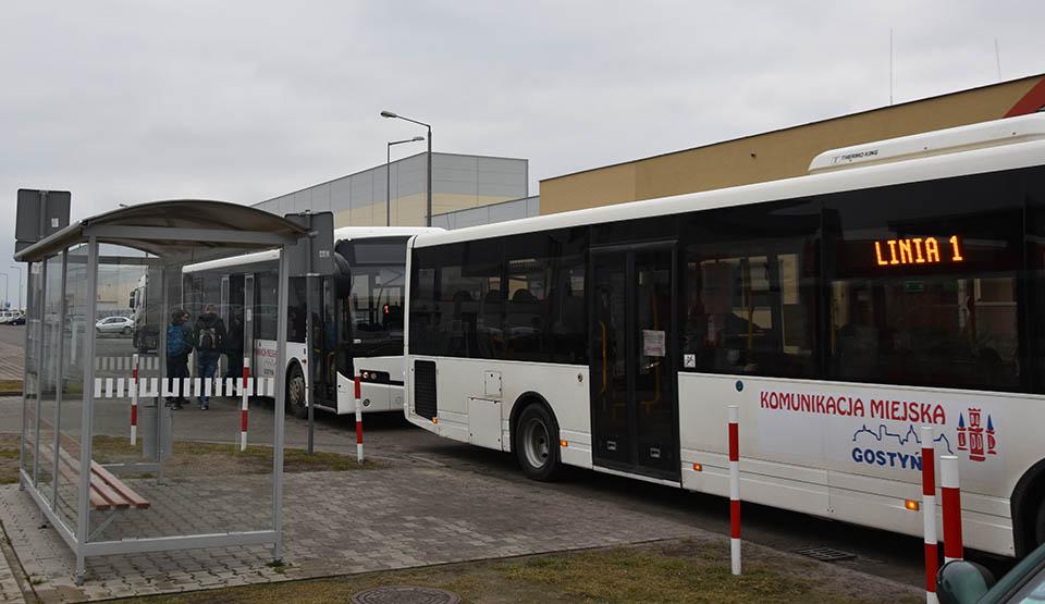 """Specjalny autobus do szkoły.  """"Dziewiętnastka"""" z komunikacji miejskiej w Gostyniu wznawia kurs - Zdjęcie główne"""
