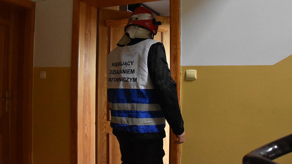 Zwłoki mężczyzny znaleziono w mieszkaniu na osiedlu w Gostyniu.  Interweniowali straż, policja i ratownicy medyczni - Zdjęcie główne