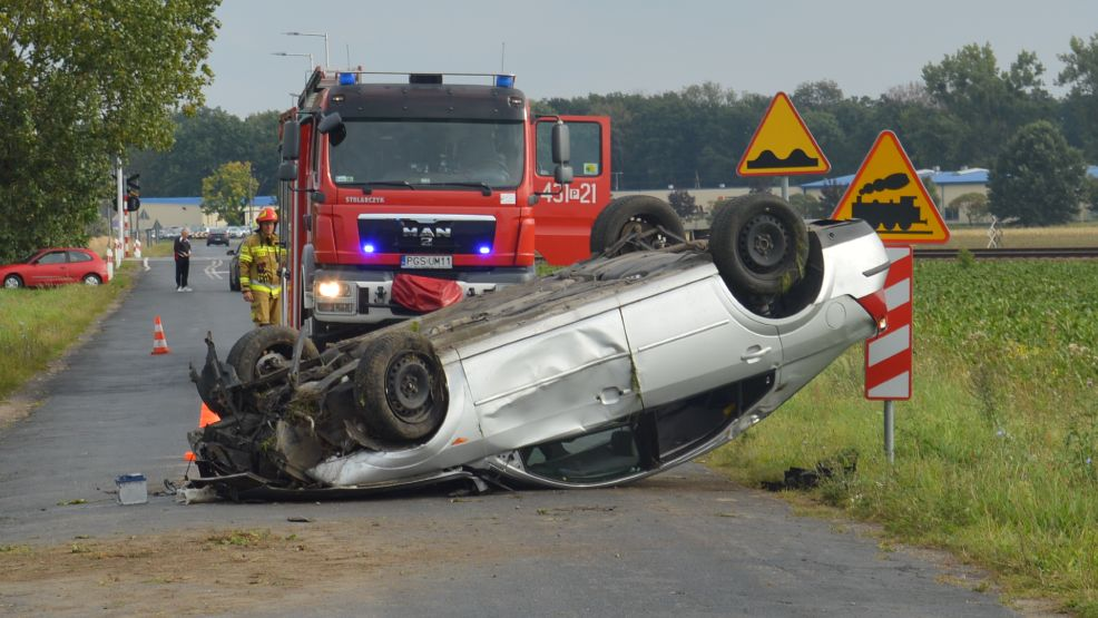 Kierowca forda dachował kilkadziesiąt metrów od przejazdu kolejowego Krobia-Chwałkowo - Zdjęcie główne