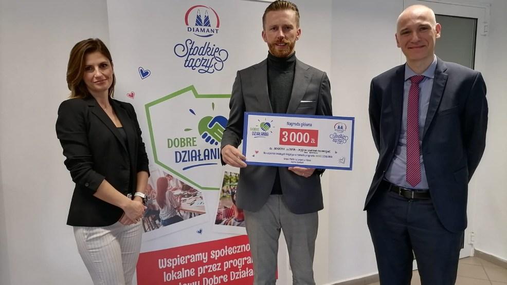 Założyciel firmy odebrał czek za DOBRE DZIAŁANIA w siedzibie cukrowni Pfeifer & Langen w Gostyniu - Zdjęcie główne