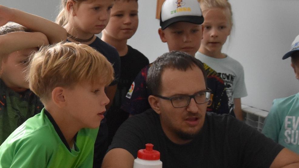 """Dzieci z Akademii Ruchu zvINNA odwiedziły redakcję """"Życia Gostynia"""" i portalu gostynska.pl - Zdjęcie główne"""