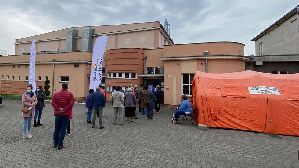 Pierwszego dnia w hali sportowej w Gostyniu zaszczepili ponad 500 pacjentów - Zdjęcie główne