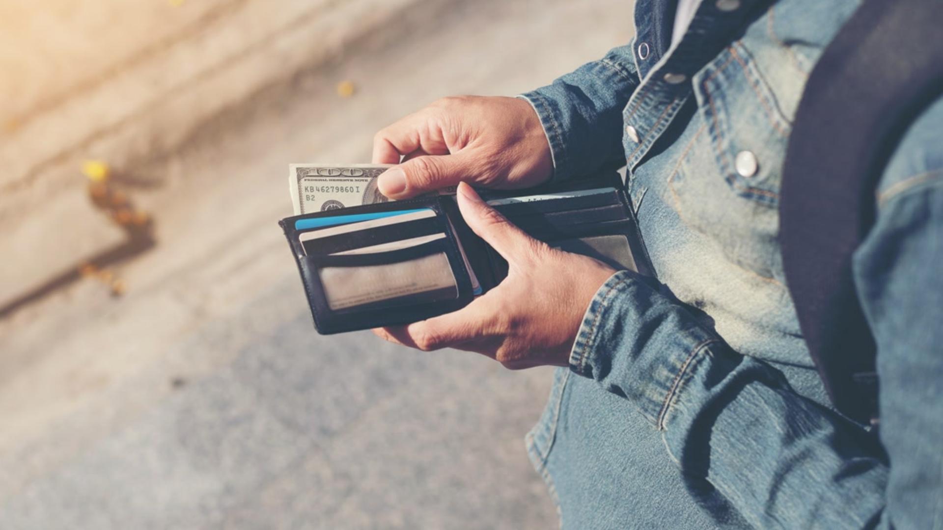 55-letni mężczyzna wyjął pieniądze z portfela i zostawił go na półce - Zdjęcie główne