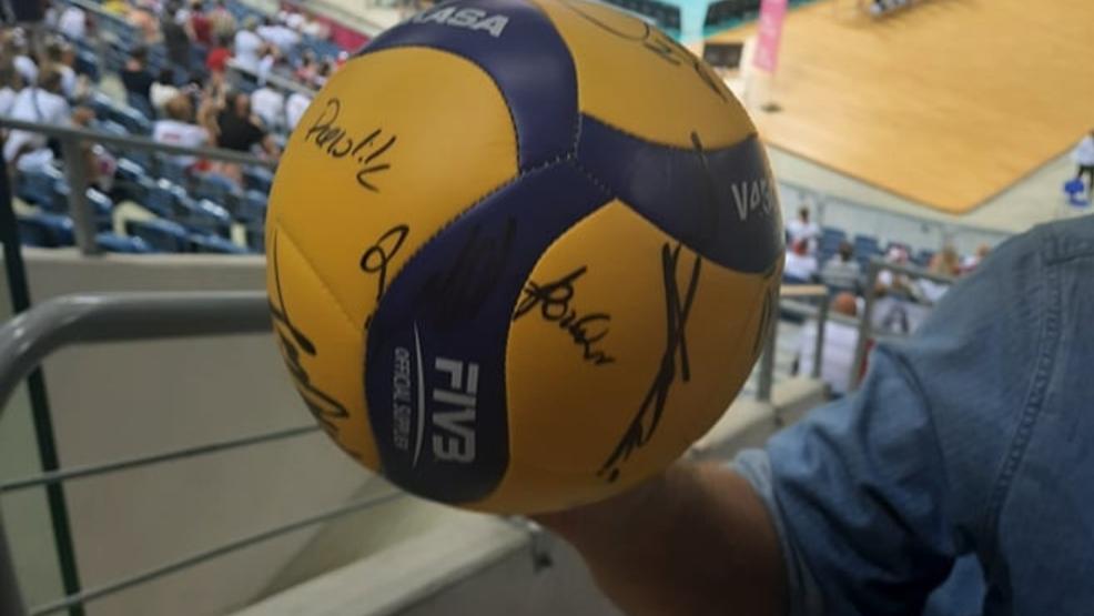 Piłkę z autografami polskich siatkarzy zlicytowano za 16 tysięcy złotych. Pieniądze trafiły do Zuzi - Zdjęcie główne