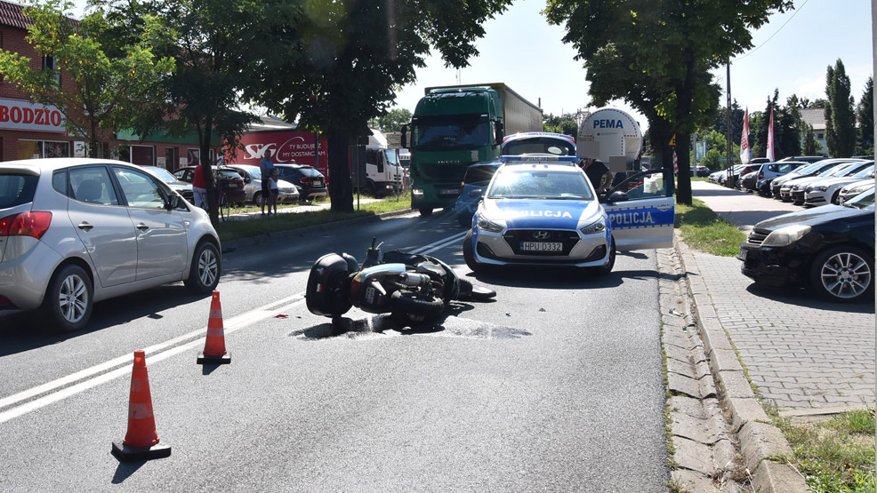 Zderzenie na Poznańskiej. Kask motorowerzysty leżał kilka metrów dalej [AKTUALIZACJA] - Zdjęcie główne