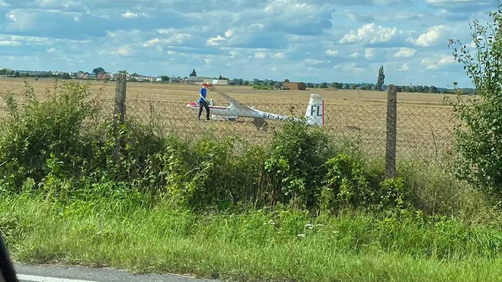 Z powodu złej pogody lądował na polu. Mieszkańcy ruszyli zobaczyć, czy z pilotem wszystko w porządku - Zdjęcie główne