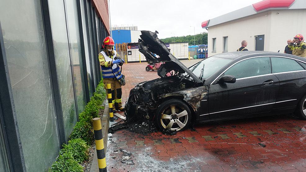 Samochód stanął w ogniu przed marketem w Piaskach - Zdjęcie główne