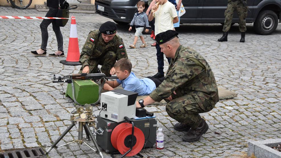 Dzieci strzelały z zestawów rakietowych. Powiatowy Dzień Bezpieczeństwa w Gostyniu - Zdjęcie główne