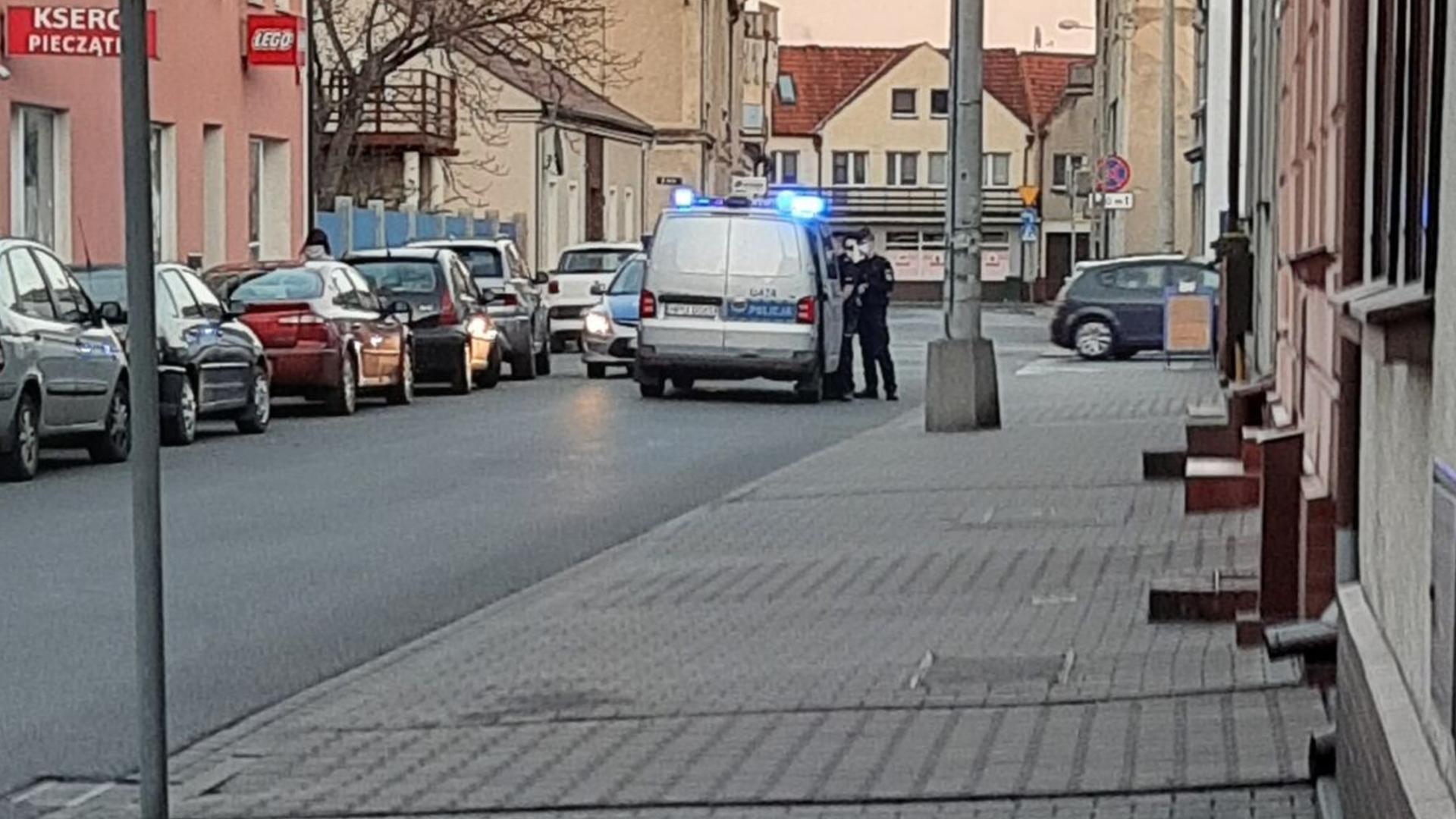 Gostyński policjant zwrócił mężczyźnie uwagę. Ten zaatakował dzielnicowego - Zdjęcie główne