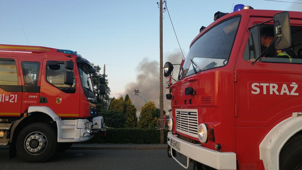 Groźny pożar w odlewni żeliwa w Dobramyśli. Na pomoc wyruszyli strażacy z powiatu gostyńskiego - Zdjęcie główne
