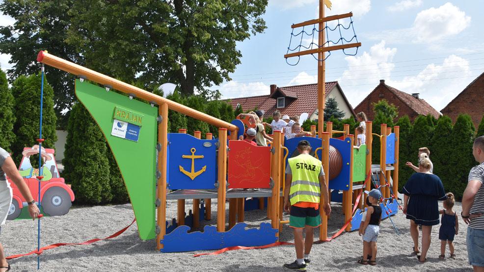 """Statek """"Krajan"""" za 60 tysięcy zacumował na placu zabaw. Radość dzieci - bezcenna - Zdjęcie główne"""