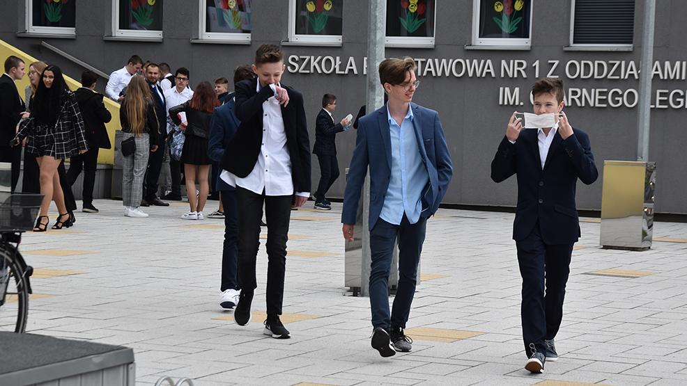 Egzaminy ósmoklasistów z policyjnym patrolem w tle. W Gostyniu były pogróżki o podłożonej bombie - Zdjęcie główne