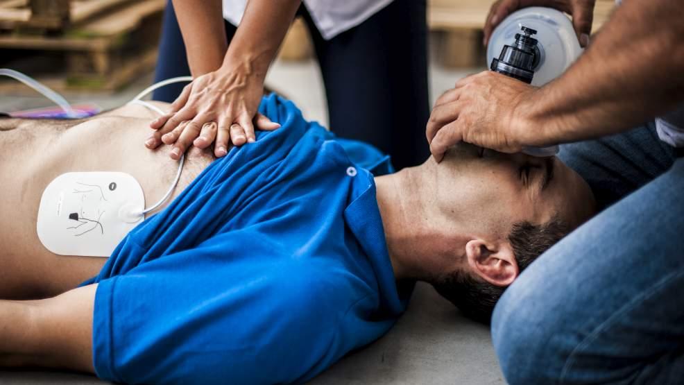 Trener podczas zajęć z dziećmi upadł i przestał oddychać  - Zdjęcie główne
