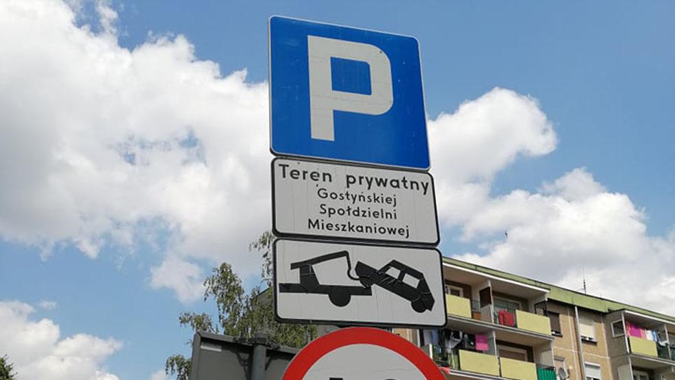 Miejsca zajęte, auta zablokowane i wyjechać nie można. Zmora osiedla w Gostyniu - Zdjęcie główne