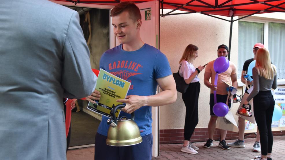Zdobył bardzo ciężki złoty czajnik. Podniósł 120 kg w konkursie w wyciskaniu sztangi w Borku Wlkp. - Zdjęcie główne