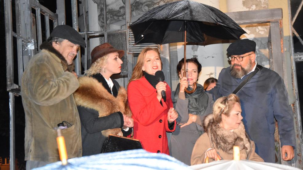 Spektakl obejrzany w deszczu. Zniszczona kamienica w  Gostyniu nadawała klimat. Ale warto było! - Zdjęcie główne