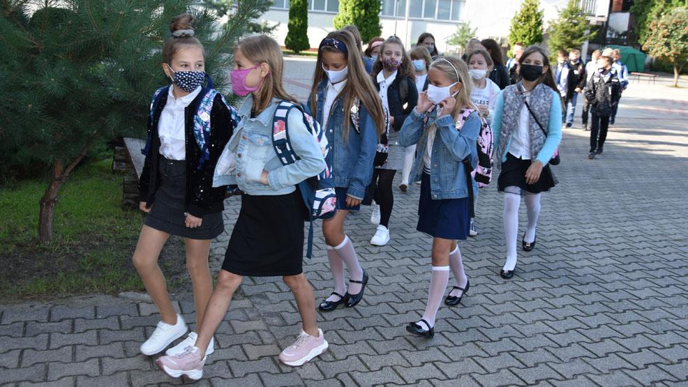 """Bardzo się cieszą, że można uczyć się """"normalnie"""". 1 września w Szkole Podstawowej nr 5 w Gostyniu - Zdjęcie główne"""