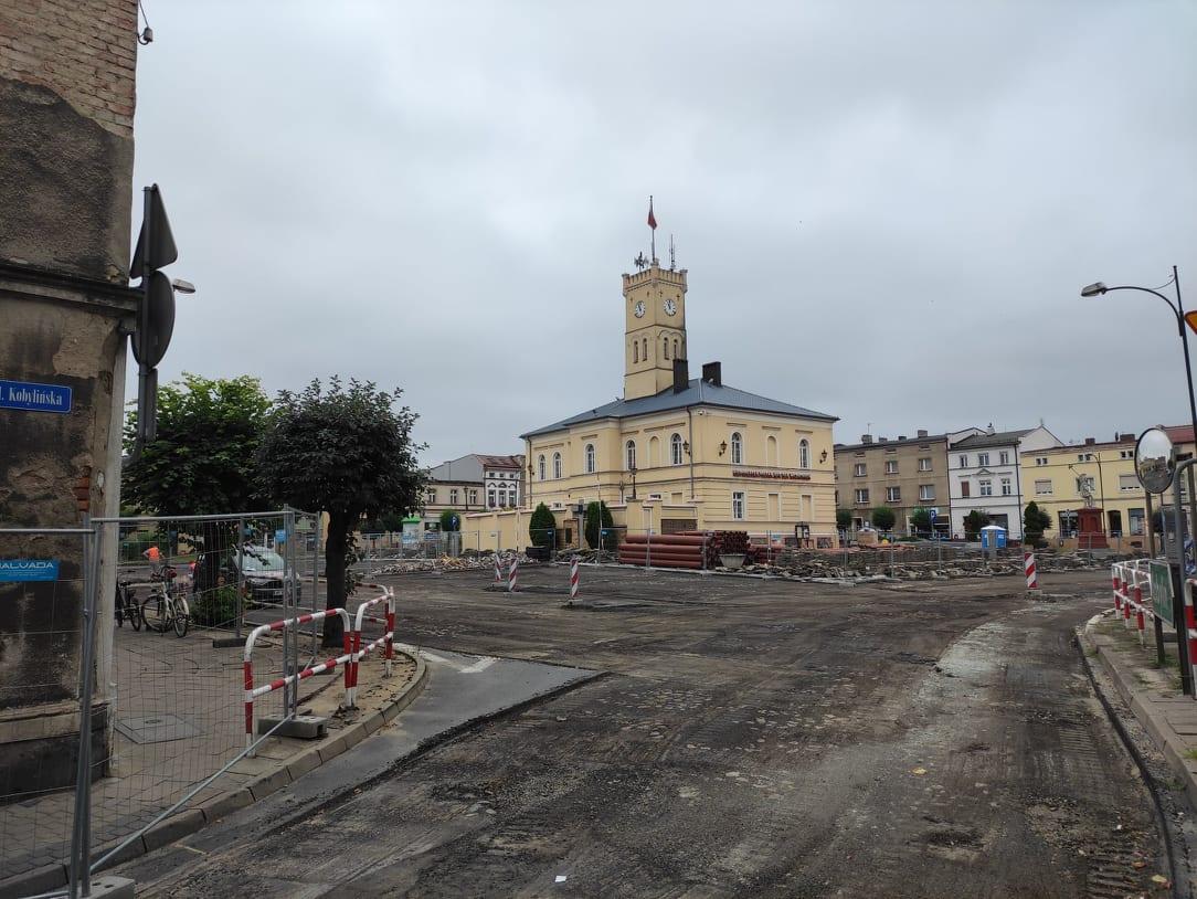Przebudowywany rynek w Krobi otwarty dla ruchu i handlu - Zdjęcie główne