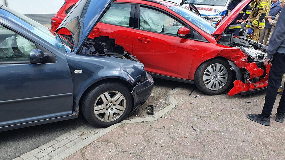 Kolizja w Borku Wlkp. Kierująca wymusiła pierwszeństwo. Zniszczone są trzy samochody - Zdjęcie główne