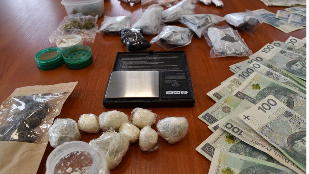 Mieszkaniec Gostynia w narkotykowej szajce. Miał u siebie znaczne ilości marihuany i amfetaminy, a także pieniądze - Zdjęcie główne