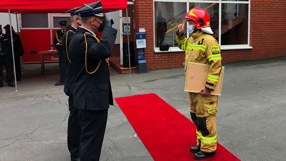 Kilkunastu strażakom z gostyńskiej komendy przyznano wyższe stopnie i medale. Wśród awansowanych jest jedna kobieta - Zdjęcie główne