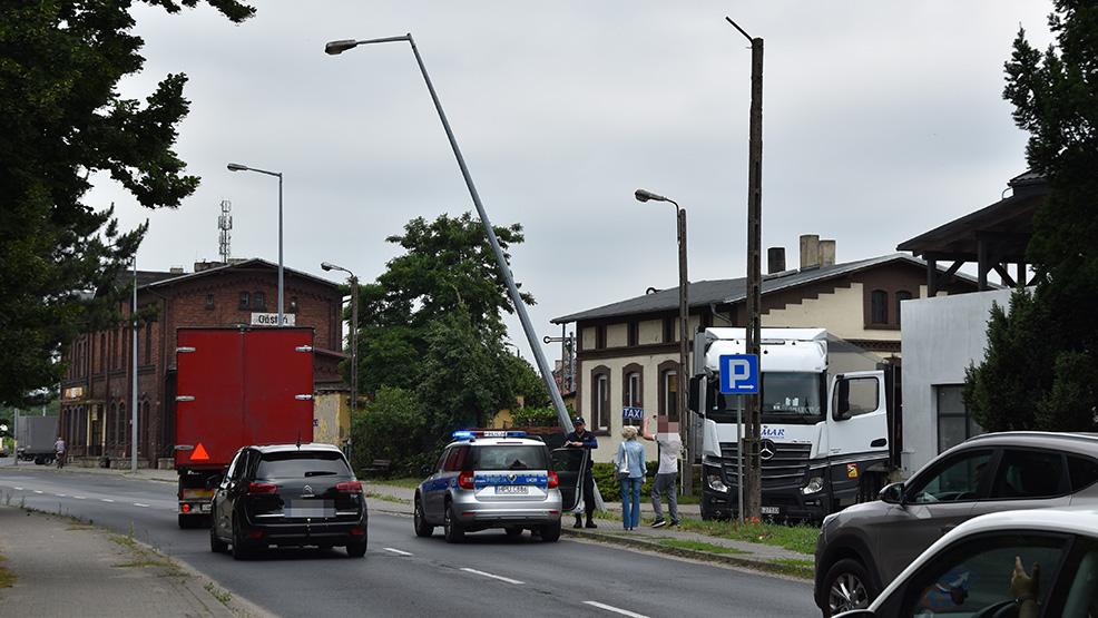 Przegięcie kierowcy ciężarówki.  Lampa niebezpiecznie wisi nad DK12, przebiegającą przez Gostyń - Zdjęcie główne