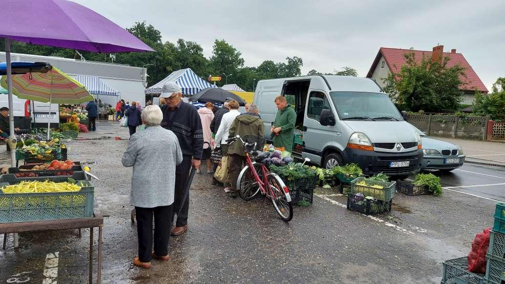 Jarocin. Coraz tańsze warzywa i owoce na targowisku w Jarocinie [ZDJĘCIA] - Zdjęcie główne